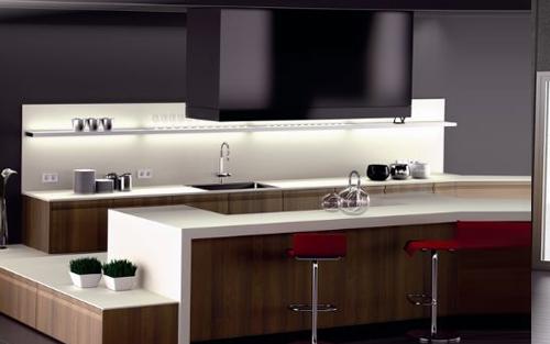 elegante composicin en madera de nogal con acabados en blanco y negros sistema de campana central y cocina con soporte de barra americana